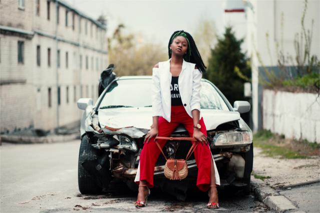 事故車と女性